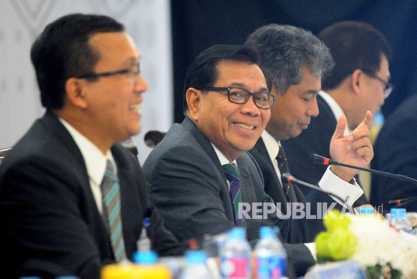 Direktur Utama Bank BRI Asmawi Syam (kedua kanan) bersama jajaran direksi menyampaikan paparan laporan keuangan triwulan IV di Gedung Bank BRI, Jakarta, Selasa (31/1).