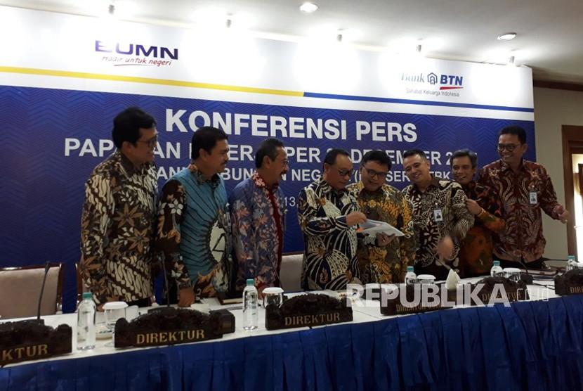 Direktur Utama BTN Maryono bersama jajaran direksi BTN menyampaikan paparan kinerja kuartal empat 2017 di Menara BTN, Jakarta, Selasa (13/2).