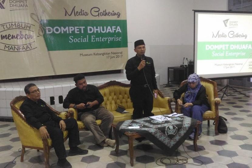 Direktur Utama DDSE Yuli Pujihardi (berdiri)