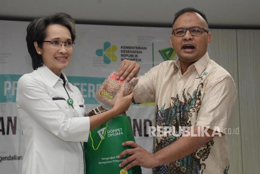 Direktur Utama Dompet Dhuafa Imam Rulyawan (kanan), dan Direktur P2PTM Kemenkes dr. Lily Sriwahyuni seusai memberikan menggelar konferensi pers peresmian pos sehat pindu PTM, Jakarta, Kamis (16/3).