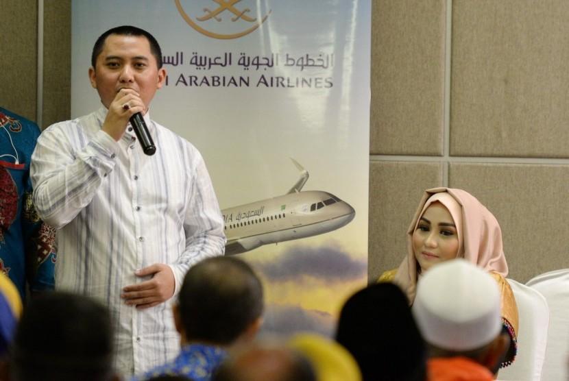 Direktur Utama First Travel Andika Surachman (berdiri kiri) dan direktur First Travel Anniesa Hasibuan (duduk kanan).