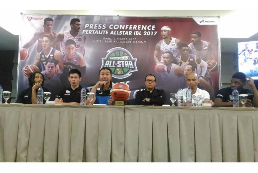 Direktur Utama Indonesia Basketball League (IBL), Hasan Gozali memberikan penjelasan mengenai IBL Pertalite All Star 2017 dalam konferensi pers di Hotel Santika, Jakarta Utara (1/3). Laga All Star itu akan digelar  pada Ahad (5/3) di Britama Arena Mahaka S