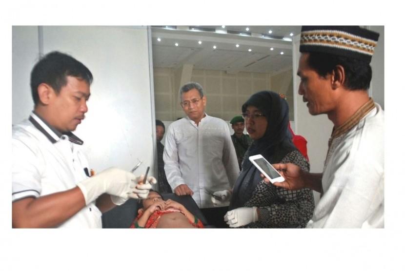 Direktur Utama PPK Kemayoran Dwi Nugroho (kedua dari kiri) meninjau sunatan massal