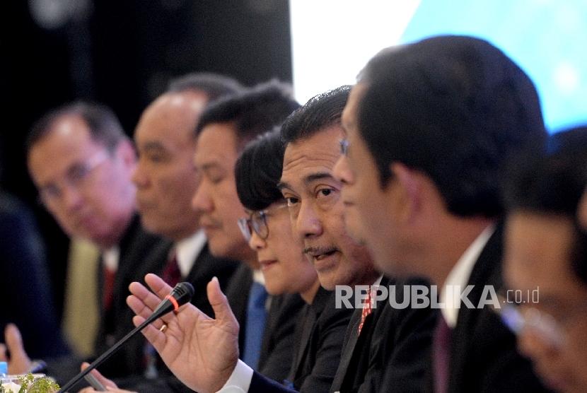 Direktur Utama PT Bank BRI Suprajarto (keempat kanan) bersama jajaran direksi saat Rapat Umum Pemegang Saham Luar Biasa Bank BRI di Jakarta, Rabu (18/10).
