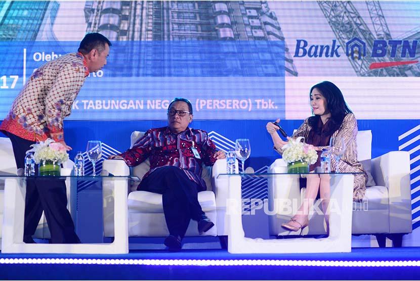 Direktur Utama PT Bank Tabungan Negara (Persero) Tbk. Maryono (kedua kiri) bersama Managing Director Commercial Banking Oni Febriarto (kiri) dan Direktur Consumer Banking Handayani menghadiri BTN Developer Gathring di Jakarta, Selasa (8/8). Ajang konsolidasi Bank BTN dengan pengembang tersebut untuk meningkatkan kredit konstruksi dan penyerapan KPR yang per Juni 2017.