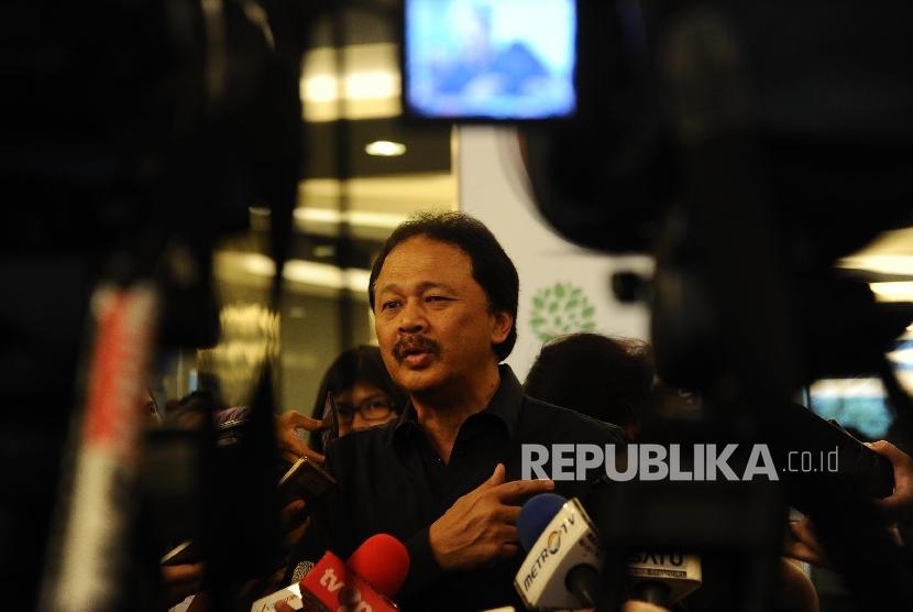 Direktur Utama PT Bursa Efek Indonesia (BEI) Tito Sulistio berbicara kepada media di Jakarta, Selasa (27\12).