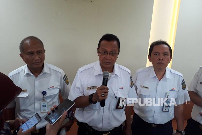 Direktur Utama PT Kereta Api Indonesia (KAI) Edi Sukmoro (tengah) menjelaskan mengenai persiapan angkutan Natal dan tahun baru (Nataru) 2017/2018 di Stasiun Gambir, Senin (6/11).