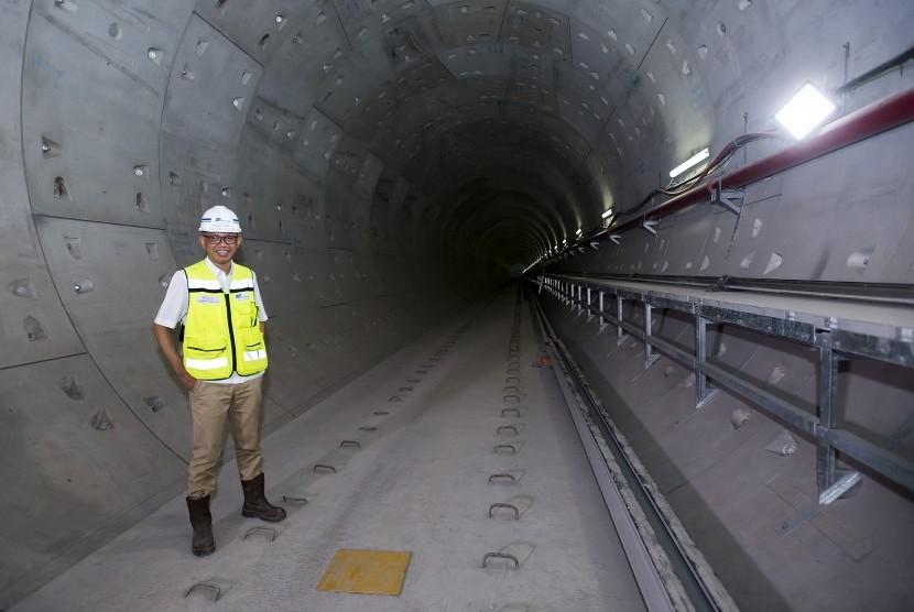 Direktur Utama PT Mass Rapid Transit Jakarta William P Sabandar berpose di terowongan proyek Mass Rapid Transit (MRT) Stasiun Bundaran Hotel Indonesia di Jakarta, Kamis (26/10).