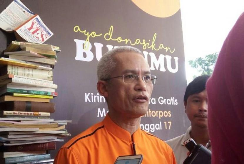 Direktur utama PT Pos Indonesia (Persero) Gilarsi Wahyu ditemui usai peluncuran program donasi buku bebas biaya