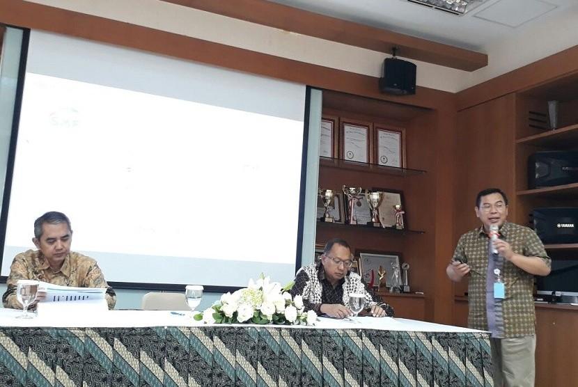 Direktur Utama PT Sarana Multigriya Finansial (SMF) Ananta Wiyogo memaparkan kinerja perusahaan semester satu 2017 di Graha SMF Jakarta, Jumat (14/7).