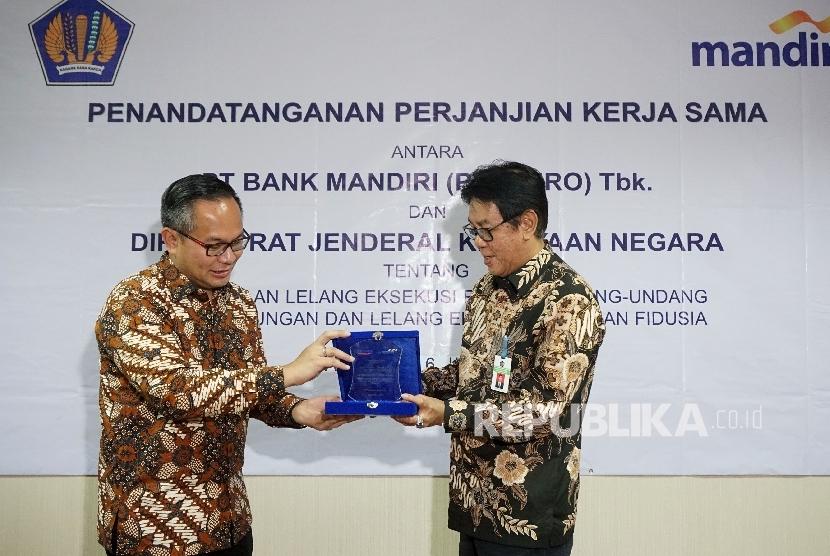 Dirjen Kekayaan Negara Sony Loho dan Direktur Utama Bank Mandiri Kartika Wirjoatmodjo berbincang usai melakukan penandatanganan perjanjian kerjasama di Jakarta, Jumat (16/6).