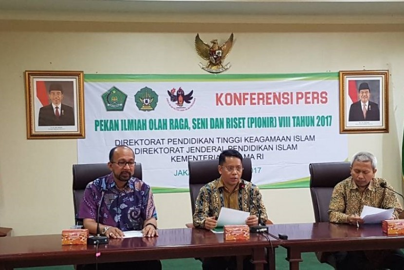 Dirjen Pendis Kemenag, Kamarudin Amin (tengah), menggelar konferensi pers Pekan Ilmiah, Olahraga, Seni, dan Riset (PIONIR) 2017 di Jakarta pada Jumat (21/4).