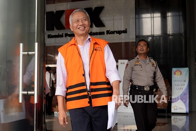 Dirjen Perhubungan Laut (Hubla) Kemenhub Antonius Tonny Budiono seusai menjalani pemeriksaan di Gedung KPK Jakarta, Selasa (12/9).