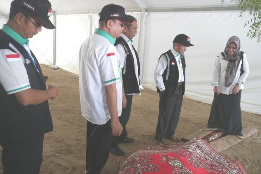 Dirjen PHU Kemenag Nizar Ali (kedua dari kanan) meninjau persiapan tenda di Arafah
