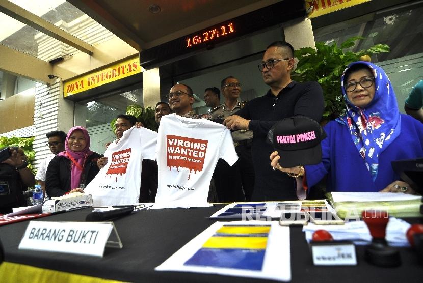 Dirreskrimsus Komber Pol Polda Metro Jaya Adi Deriyan (tengah), Dirjen Aptika Kominfo Samuel Abrijani (kedua kanan) dan Ketua KPAI Susanto (kedua kiri) memperlihatkan barang bukti kepada wartawan saat rilis tindak pidana perdagangan orang dalam situ nikahsiri di Polda Metro Jaya, Jakarta, Ahad (24/9).
