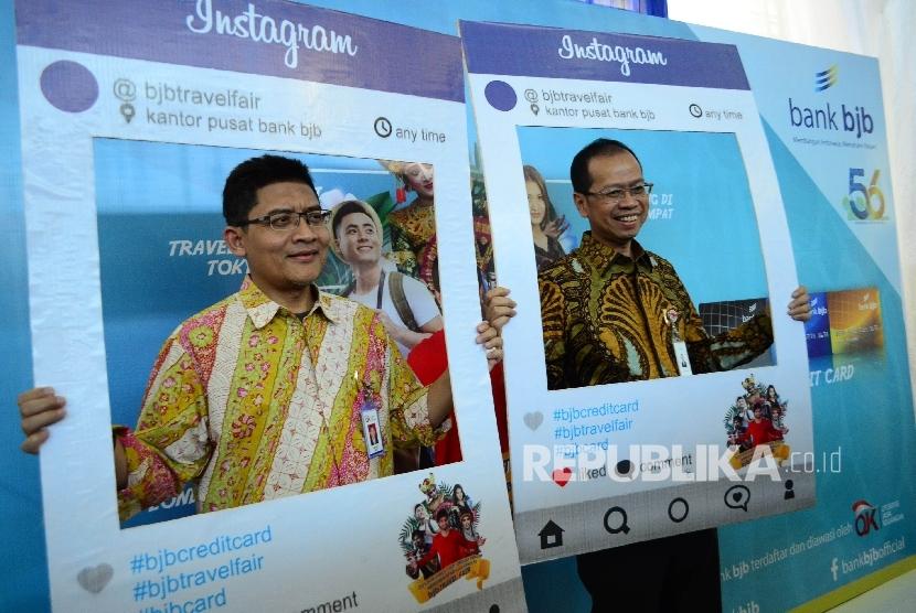 Dirut Bank BJB Ahmad Irfan (kanan) dan Kepala OJK Regional Jabar Sarwono (kiri) mencoba berfoto di salah satu stand Travel Fair pada Bazaar UMKM dan Travel Fair 2017 di halaman kantor pusat Bank BJB, Kota Bandung, Kamis (18/5).