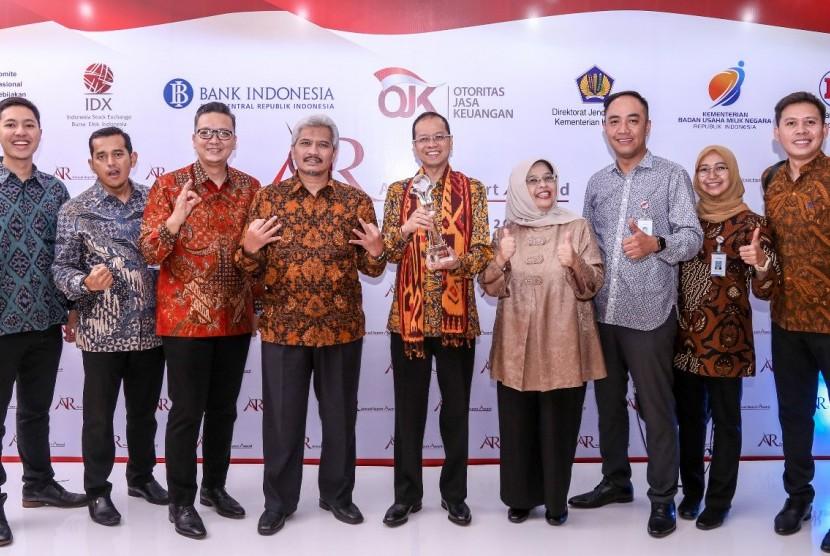 Dirut Bank BJB Ahmad Irfan (tengah) beserta jajaran komisaris, direksi dan manajemen Bank BJB menunjukkan piala ARA 2016 yang diraih Bank BJB di Jakarta, Selasa (19/9).