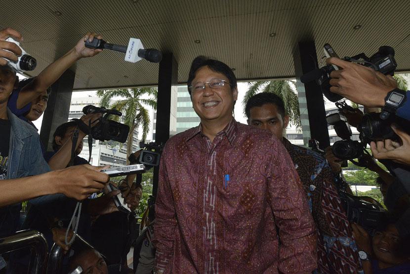 Dirut Bank Mandiri Budi Gunadi Sadikin berjalan menuju ruang tunggu setibanya di Gedung KPK, Jakarta, Rabu (30/4).