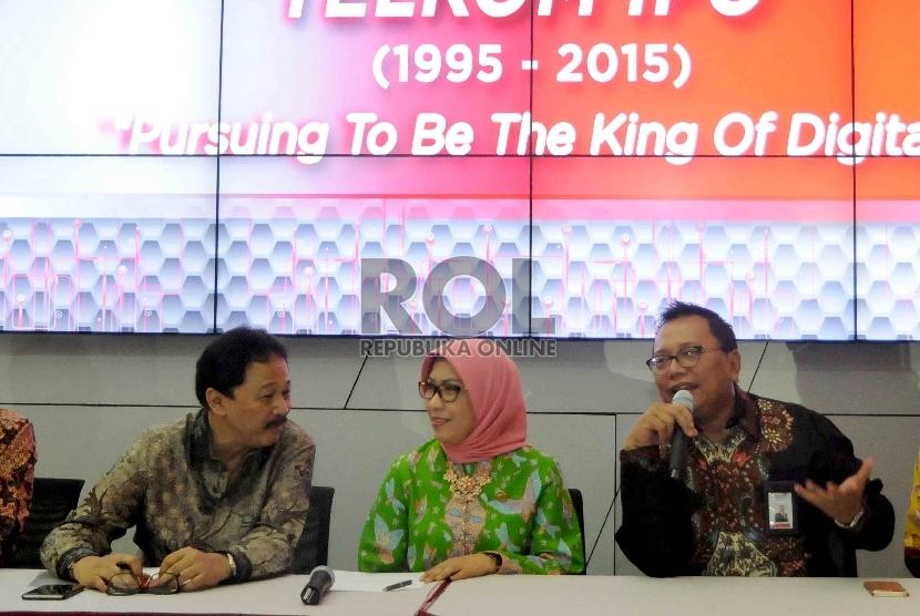 Dirut BEI Tito Sulistio (kedua kiri), Kepala Eksekutif Pengawas Pasar Modal OJK Nurhaida (tengah) serta Direktur Keuangan Telkom Heri Sunaryadi (kedua kanan) memberkan keterangan kepada wartawan di Bursa Efek Indonesia, SCBD, Jakarta, Senin (2/11).