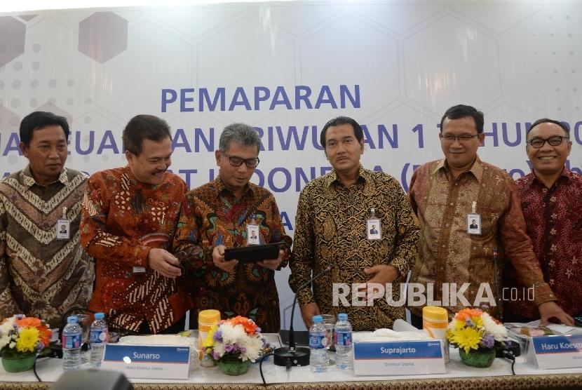 Dirut BRI Suprajarto (ketiga kanan), didampingi Wadirut BRI Sunarso (ketiga kiri) berbincang dengan sejumlah jajaran direksi seusai pemaparan kinerja keuangan kuartal I tahun 2017 di Jakarta, Kamis (20/4).