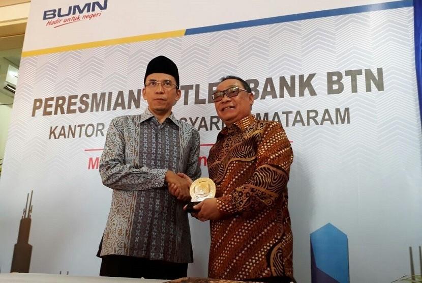 Dirut BTN Maryono (kanan) bersama Gubernur NTB TGH Muhammad Zainul Majdi meresmikan kantor Unit Syariah BTN di Mataram, NTB, Selasa (9/1).