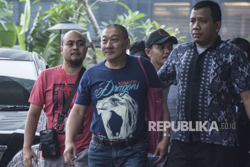 Dirut PT Sinar 99 Permai Wilhelmus Iwan Ulumbu (kedua kiri) dengan pengawalan petugas, tiba untuk menjalani pemeriksaan di gedung KPK, Jakarta, Senin (12/2).