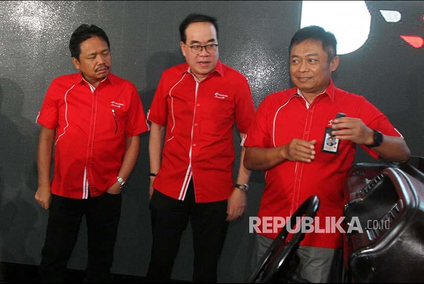 Dirut Telkomsel Ririek Adriansyah (kanan), disaksikan Direktur Sales Sukardi Silalahi (tengah) dan Direktur Planning & Transformation Edward Ying, secara simbolis bersiap memasukkan perangkat telematika Telkomsel FleetSight ke dalam mobil, saat peluncurannya, di Jakarta, Senin  (27/11). Telkomsel meluncurkan Telkomsel FleetSight, solusi layanan pengelolaan armada yang mensinergikan perangkat telematika berbasis satelit.