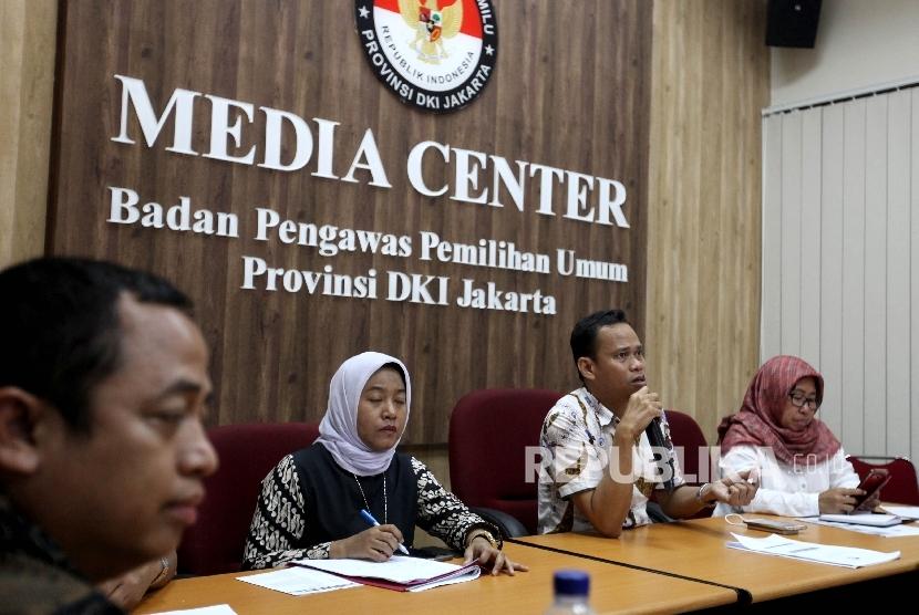 Divisi Hukum Penindakan dan Pelanggaran Bawaslu DKI Jakarta Muhammad Jufri menyampaikan hasil temuan dan dugaan pelanggaran pada Pilgub DKI Jakarta 2017 di Kantor Bawaslu DKI Jakarta, Rabu (3/5).