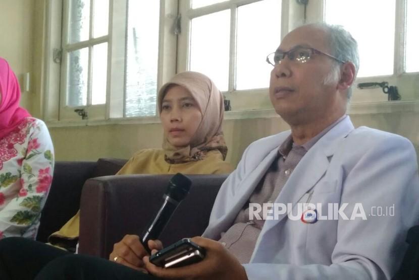 Internist Dr Bimanesh Sutarjo explains Setya Novanto condition at Medika Permata Hijau hospital, South Jakarta, on Friday (November 17, 2017).