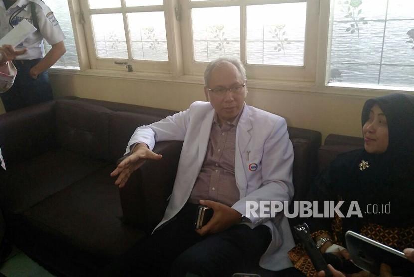 Dokter Bimanesh Sutarjo Spesialis Penyakit Dalam Konsultan ginjal dan hipertensi RS Medika Permata Hijau memberikan keterangan terkait perkembangan Setya Novanto di RS Medika Permata Hijau, Jumat (17/11).