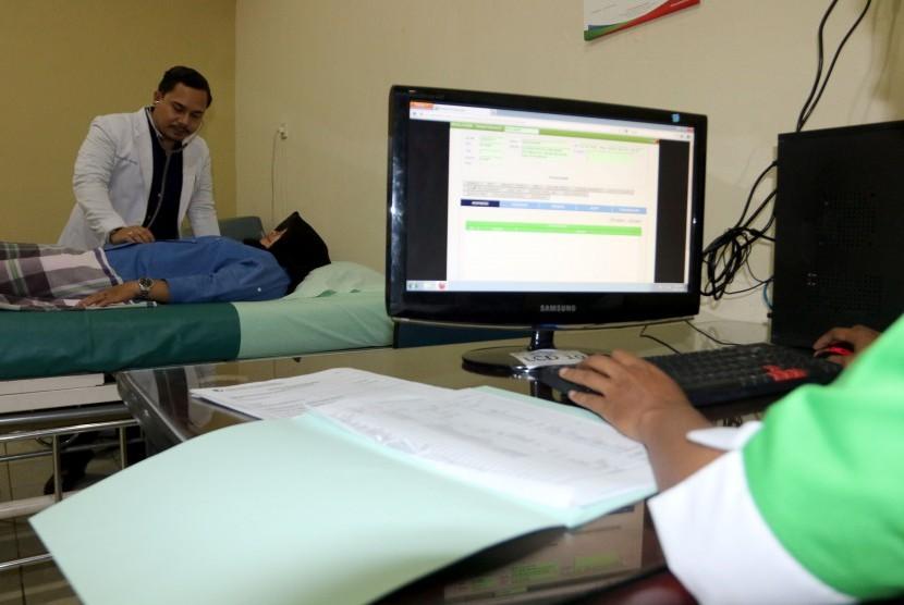 Dokter memeriksa pasien.