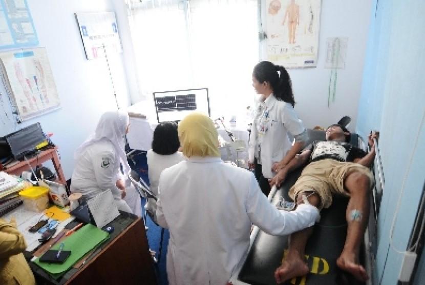 Dokter memeriksa pasien (ilustrasi).