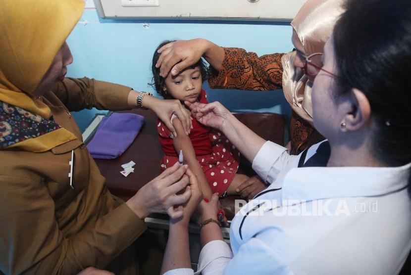 Dokter menyuntikkan vaksin kepada balita yang terpapar vaksin palsu saat melakukan vaksinasi ulang, di rumah sakit Rawalumbu, Bekasi, Jawa Barat (Ilustrasi)