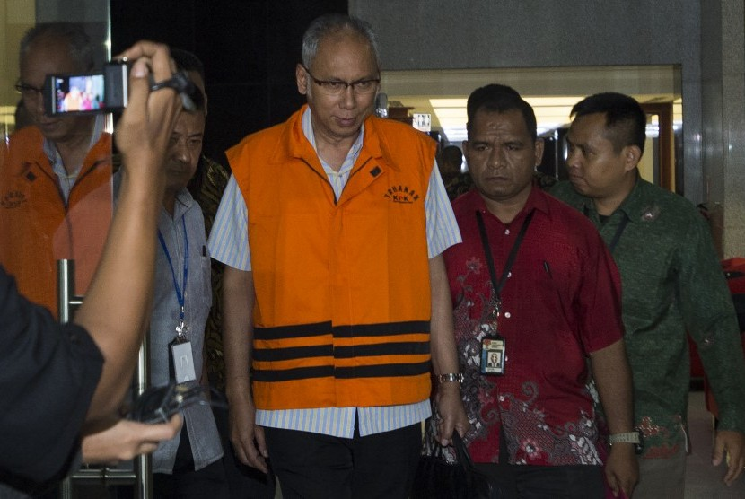 Dokter Rumah Sakit Medika Permata Hijau Bimanesh Sutarjo mengenakan baju tahanan keluar di gedung KPK, Jakarta, Jumat (12/1). Dokter Spesialis Penyakit Dalam itu ditahan setelah diperiksa selama lebih dari 12 jam terkait kasus dugaan merintangi penyidikan perkara KTP Elektronik yang menjerat mantan Ketua DPR Setya Novanto.