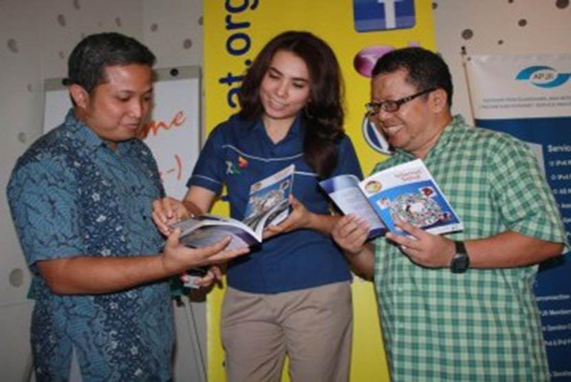 Donny BU dari ICT Watch,  Head of Corporate Communication XL, Febriati Nadira, dan pakat IT, Onno W Purbo dalam peluncuran buku panduan Internet Sehat edisi ke-4 yang diterbitkan ol;eh XL dan ICT Watch di Jakarta, Jumat (16/9).