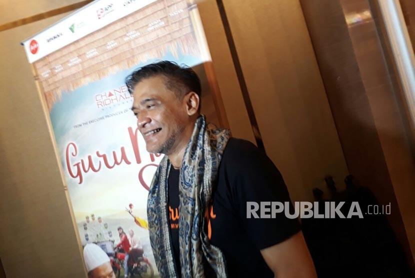 Donny Damara berperan sebagi Mukri saat diwawancara oleh wartawan dalam peluncuran official trailer dan original soundtrack film Guru Ngaji, Senin (19/2).