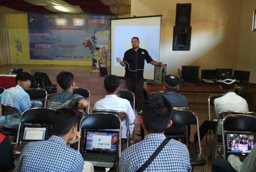 Dosen AMIK BSI Sukabumi menjadi narasumber di Pesantren Ramadhan tingkat SMA se-Kabupaten Sukabumi.