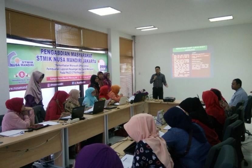 Dosen Prodi Sistem Informasi STMIK Nusa Mandiri Jakarta memberikan pelatihan kepada guru PAUD Citra, Kelurahan Ragunan, Jakarta Selatan.