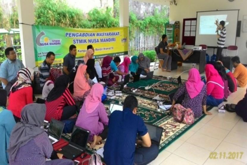 Dosen STMIK Nusa Mandiri Jakarta memberikan pelatihan kepada pengurus RPTRA Manunggal Juang.