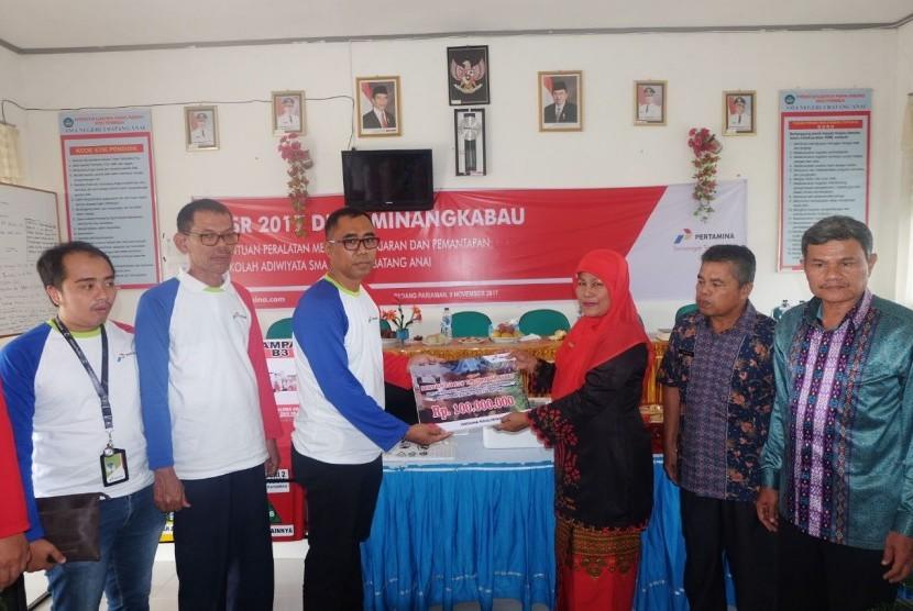DPPU Minangkabau yang menyalurkan CSR bidang pendidikan lewat pemberian bantuan sarana dan prasarana untuk SMA Negeri 2 Batang Anai, Sungai Buluh, Pariaman, Sumatra Barat.