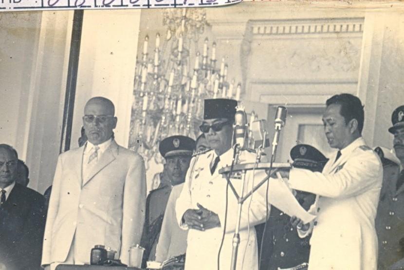 DR Chaerul Saleh (kanan).