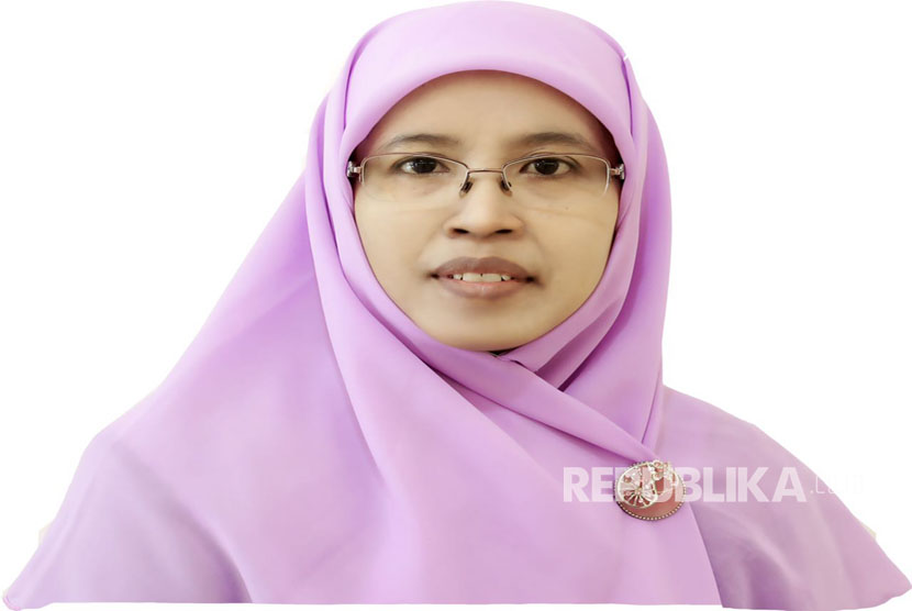 Dra Hj Siti Faizah, Ketua Umum PP Salimah 2015-2020