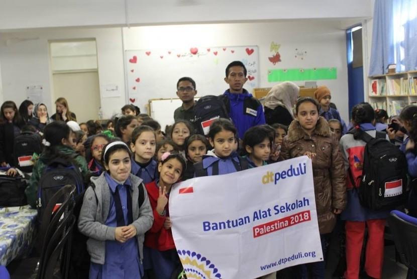 DT peduli memberikan bantuan peralatan sekolah untuk anak-anak pengungsi Palestina.