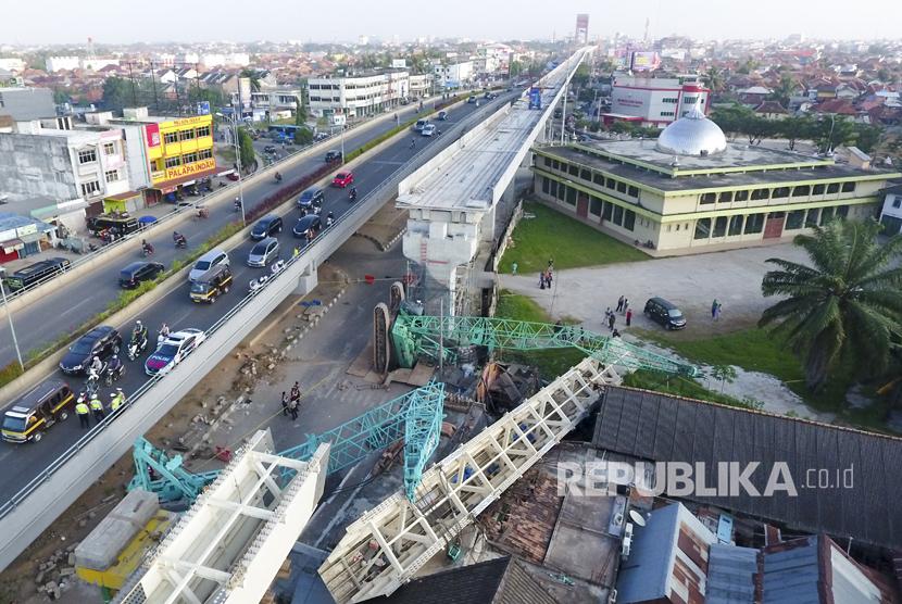 Dua alat berat yang mengangkut girder (steel box) pembangunan Light Rail Transit (LRT) terjatuh menimpa rumah di zona 5 pembangunan LRT Palembang, Sumatera Selatan, Selasa (1/8).