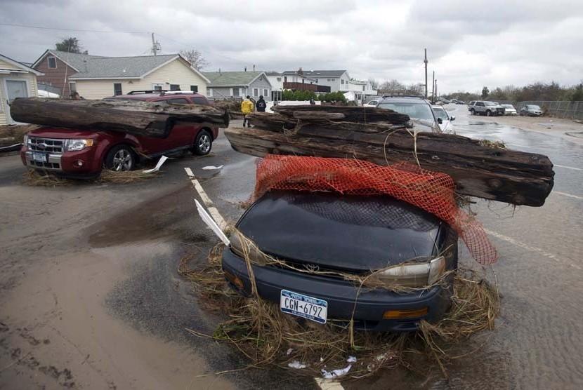 http://static.republika.co.id/uploads/images/inpicture_slide/dua-buah-mobil-yang-tertimpa-pohon-setelah-diterjang-_121031174635-726.jpg