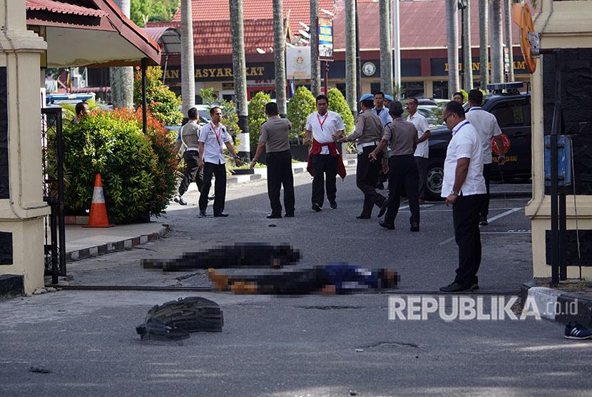 Dua jenazah pelaku penyerangan tergeletak di jalan pintu masuk Polda Riau di Pekanbaru, Riau, Rabu (16/5).