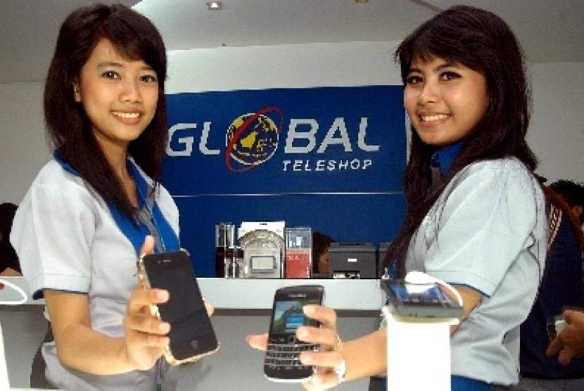 Dua Model menunjukan handphone dari berbagai merk di gerai Global Teleshop Superstore.