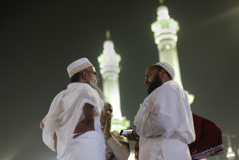 Dua orang jamaah bercakap-cakap di komplek Masjiidil Haram, Mekah.   (ilustrasi)