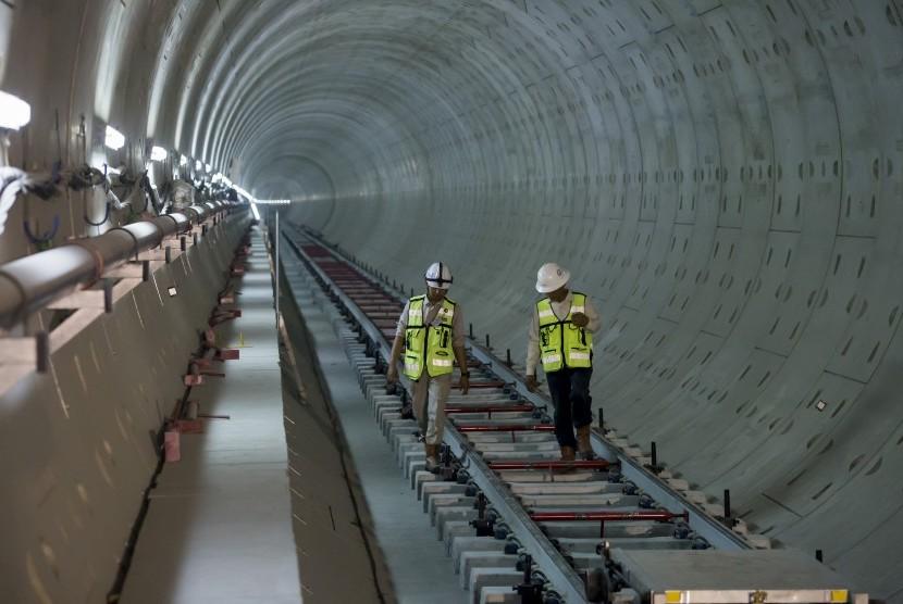 Dua orang pekerja melakukan pemeriksaan pemasangan rel di terowongan proyek Mass Rapid Transit (MRT) Stasiun Bundaran Hotel Indonesia di Jakarta, Kamis (26/10).