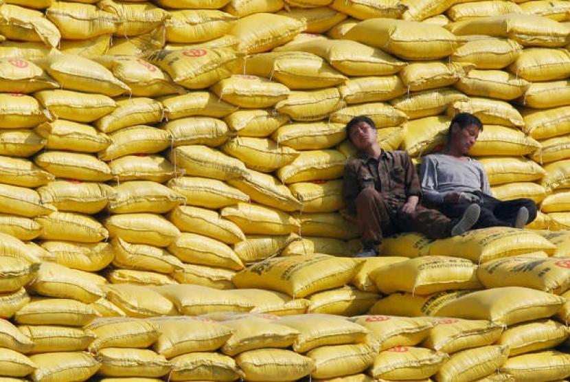 Dua pekerja tengah tidur siang di atas tumpukan karung (ilustrasi)